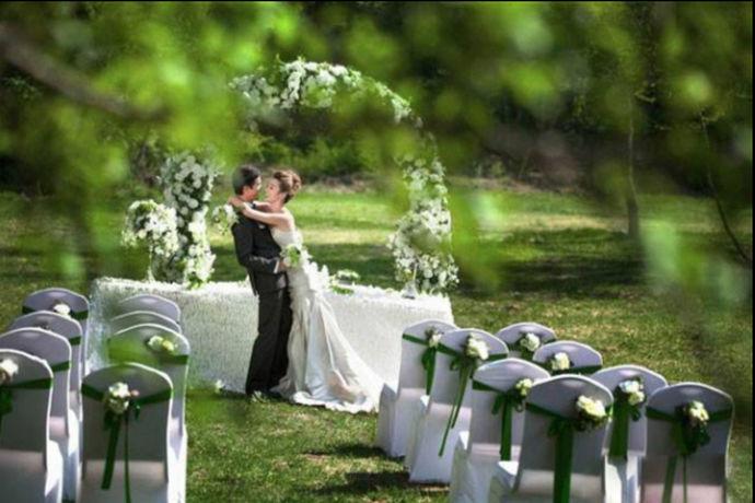 婚纱礼服一般需要定制的形式进行,而在西式婚礼服装的整体搭配中,婚礼流程要求可以有几套礼服,尤其是从接亲朋,到典礼,再到婚宴敬酒的环节,选择不同的礼服方式,是保证顺利进行婚礼,也可以更方便各环节的运动方便的很好形式。而从服装的选择主要定制的形式,再到最终婚礼的完成,也让新人们可以更自由秀一次,可以达到终生难忘的效果,的确是非常的重要,而且也是非常好的选择,三套礼服准备还是有必要的。