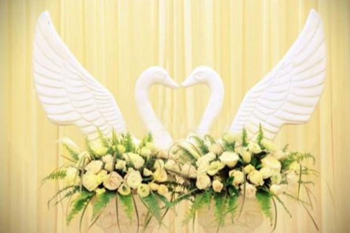 主婚人是在婚礼当天为新人主持婚礼的人,古时候一般为男方家长、族长来担任,现在大部分新人都会请专业的司仪来主持。证婚人是在婚礼仪式时为新人做结婚证明的人,一般会请双方都比较信赖,尊敬或德高望重的人来担任。