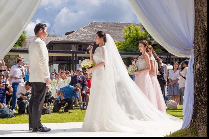 陈怡蓉薛博仁相恋一年多,虽然说两个人并不是一个圈子里面的,但是历经三次求婚终于走进了婚姻的殿堂。说到陈怡蓉薛博仁婚纱照,的的确确是很出彩的,工作坊摄影团队为两位新人选择的是日本北海道,拍摄出来的婚纱照风格非常地清新,身穿白纱礼服的新娘在薰衣草田的美丽风景下显得更加地美丽。其实北海道的岛国风格是非常不错的,如果能够在这里记录两人的相恋足迹,也是极好的。