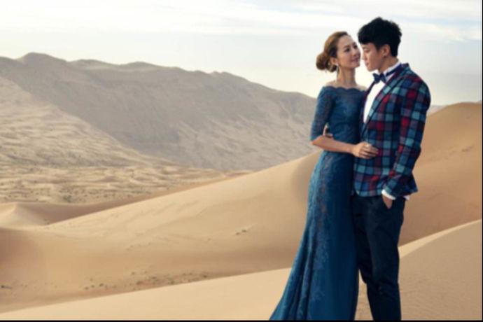 每个人都希望自己的婚纱照能够得到最好的呈现,希望可以去最美的风景,让自己的婚纱照更加有特色。其实婚纱摄影地点的选择是一件特别重要的事情,何润东peggy婚纱照的地点就是很别致的,之所以选择内蒙古作为婚纱摄影地,也是因为内蒙古的风景与众不同。据说何润东来到千里之外的内蒙古拍婚纱照也是为了见证两个人的爱情长跑,而且还因为妻子喜欢古老文明,从婚纱照就看出两个人的恩爱程度。