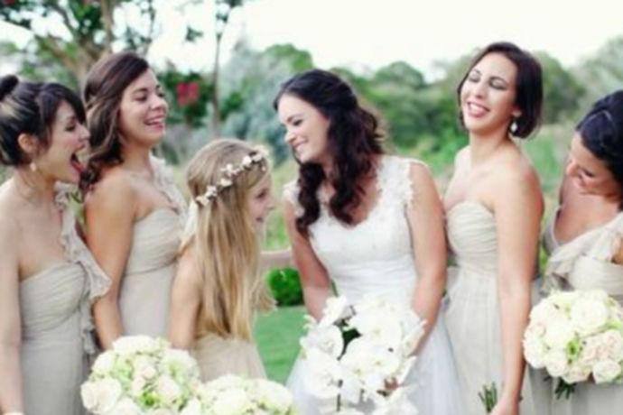 伴娘的作用顾名思义就是在伴娘在婚礼现场除了充当伴娘的角色还需要做什么,能帮助新娘新郎做什么呢?实际上伴娘的作用是很大的,甚至是新娘的得力助手,要说婚礼现场最累的人,除了新郎新娘就是伴娘了。