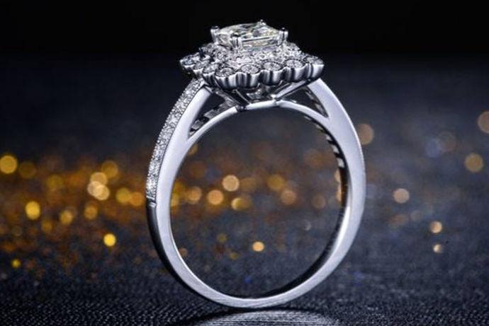 裸钻一般是指经过人工打磨、切割但是没有加入任何装饰、没有经过镶嵌的单颗粒钻石。而80分裸钻即是指一克拉钻石的五分之四大小,这里一克拉表示100分,由此对比可知80分的大小。80分裸钻价格由钻石的品相决定,一般综合考虑它的重量、色泽、净度和切工,也就是钻石4C的情况,不同级别的4C价格不同。