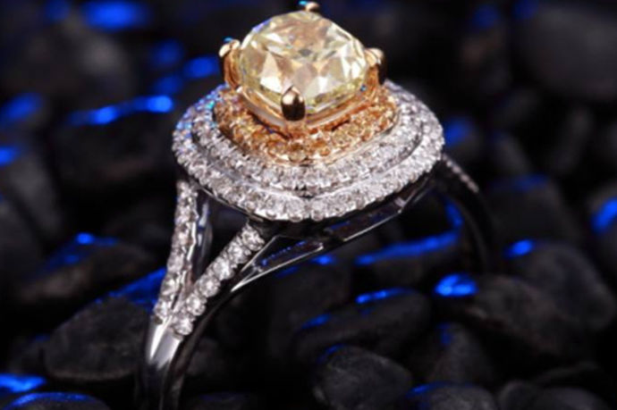 裸钻指的就是不经外物衬托,没有装饰到戒指、项链、耳环等饰品上,只经过切割、打磨的颗粒型钻石。裸钻价格查询表则是由决定裸钻价值的几个因素组成,当客户在查询表中输入不同的数值或者等级时,比如重量、色泽、净度、切工等,表中则会显示出此等品相的裸钻在市场上的基本价格。