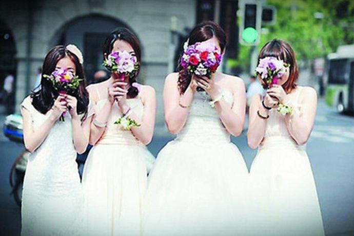 """现在不管是西式婚礼还是中式婚礼,一般都是有伴娘的。伴娘在结婚当天,要做新娘的""""后备军""""。要帮助新娘拿包,如果有很多人要敬新娘的酒的话,伴娘要适时的替新娘挡酒。并且有些人还要给新娘红包,这些都是要由伴娘来收着的,伴娘也是要选择一个信得过的人才可以呢?伴娘要做这么多的事情,那么婚礼时伴娘几个合适呢?"""
