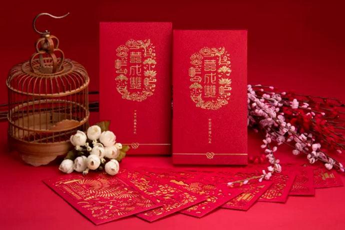 结婚红包祝福语大全是指的亲朋好友结婚自己包红包在红包的背面写上的祝福语的集锦。对于现代人来讲,网络词语已经充斥了大家的大脑,因此很多四字成语以及祝福语已经快忘记光了。其实四字成语和祝福语用的地方还是蛮多的,结婚喜事、乔迁喜事等等都是要送红包用到的。