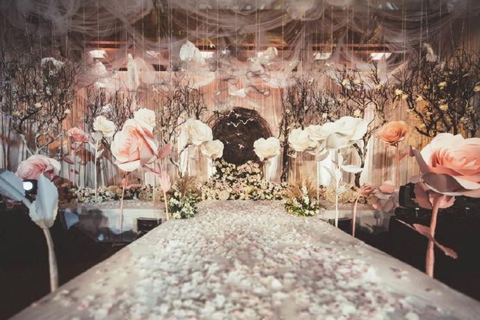 舞台怎么布置是直接关系到婚礼的整体形象,新人们是要在这个舞台上完成他们结婚的神圣仪式,而且整个舞台效果以及布置的好不好是能够直接看到整个婚礼的品质的。