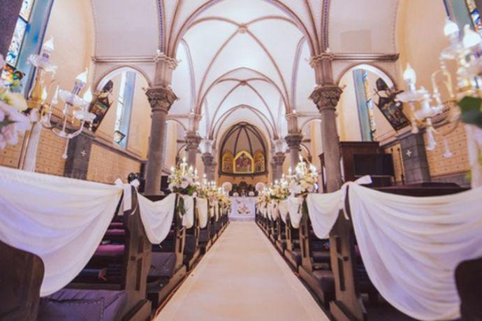 天津教堂婚礼是近年来逐渐兴起的一种结婚方式,之所以称为教堂婚礼,是因为这一点是宴席的西方的传统,因为很多人觉得教堂式婚礼会更加浪漫,形式也更加新颖,如今在天津,教堂婚礼逐渐变得被人追捧,也说明了人们的观念在变化。