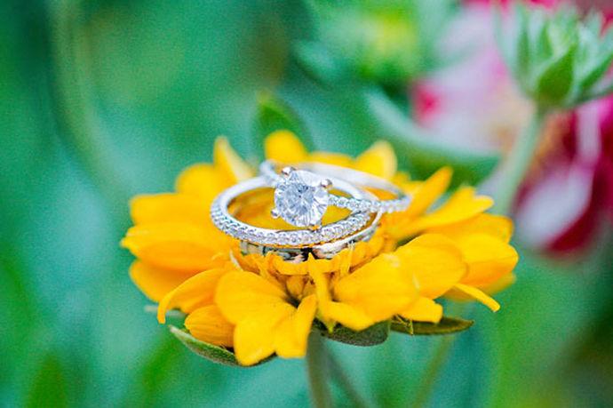 想像一下在向日葵田中的感觉,被大朵大朵的向日葵包围着,微风吹来,裙摆随着向日葵一起摆动,这样的画面是不是很美。想留住这种美,可以举办一场向日葵主题婚礼,在代表着希望和光明的向日葵中制造独特美好的回忆。