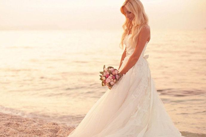 通过了解婚纱款式分类介绍,在进行选择婚纱的时候,就会通过对比,选择,更适合自己的身材,适合自己的身份,让自己穿出气质,使得自己在结婚这一天,没有任何的遗憾,因此在选择婚纱的时候,这些婚纱款式分类,总有一款适合你,一起来看一下吧。