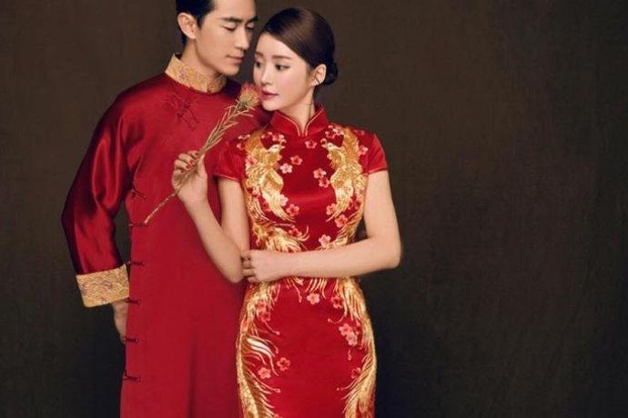中式婚礼旗袍主要是传统的旗袍款式,也是许多新娘比较喜欢的类型。修身的裙身可以凸显新娘完美的身材,而且过膝的长度也刚刚好。也有一些旗袍显得更加时尚点,通过面料和装饰的选择,以及长度和开衩的变化,纯色的面料加上一些点睛的中国元素使得旗袍在装饰上显得更加时尚。