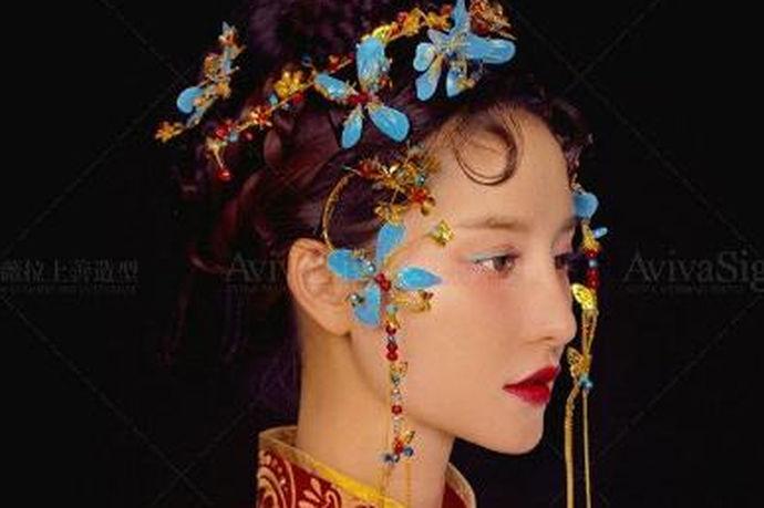 中式婚礼复古元素的增加,从汉,唐,明,清与民国风的不同气质,形成了时尚中式婚礼的流行风。与之相配套化妆场特色主要就看与妆容的搭配,才能让整体的搭配效果更好。所以从整体的搭配设计,妆容设计必须要合理,才能让妆容搭配得更好。中式新娘妆图片的主体特色就是在拥有更多样设计感的同时,中国元素的金色与大红色搭配,配银色花纹,妆容也可以大眼影配重咖色,眉形与跳色都要巧妙混搭。