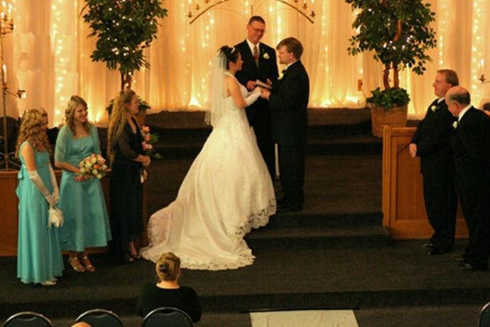 西方结婚誓词,往往都和自己的信仰有直接关系,因为他们大部分都是在教堂举行婚礼,不管是面对上帝,还是面对天父,玛利亚等,都会在结婚誓词方面,会更好的体现出来,显得婚姻更加隆重。下面的这几段范文,就充分做了说明,你可以更全面了解了解。