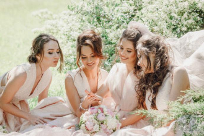 伴娘礼服就是在新人结婚当天伴娘穿的衣服,伴娘礼服按照季节可以分为春季和夏季礼服,并且按照在室内以及室外举办婚礼的情况,可以分为室内礼服以及室外礼服,那么伴娘礼服要怎么穿呢?一起来了解一下吧!