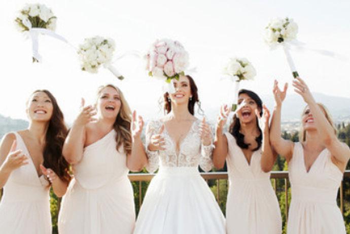 伴娘礼服就是在结婚当天伴娘要穿的衣服,因为婚礼上不仅有同辈人还有老一辈的人,老年人和现代人的眼光有所不同,所以在选择礼服的时候一定要选择那些符合大众审美的衣服,不需要太过出众,因为婚礼的主角不是伴娘,而是新娘。那么秋季伴娘礼服要怎么搭配呢?