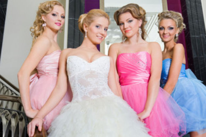 伴娘就是在结婚是陪在新娘身边的人,她们通常是由新娘的同龄亲人或者是新娘的闺蜜担任,伴娘要穿一件符合场面的礼服,在不同季节,伴娘穿的衣服是不一样的,并且伴娘礼服具有一些大致的要求,当然也有一些注意事项,一起来理解一下吧!