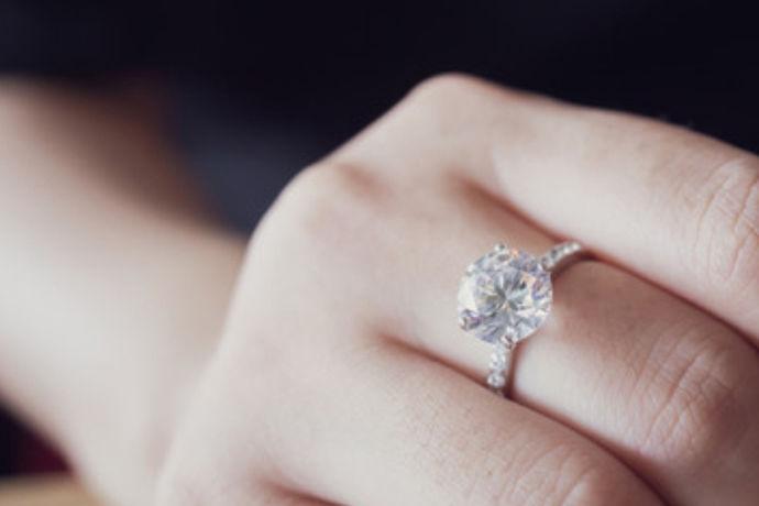 情侣戒指戴哪个手指意指一对相爱的恋人,购买一对情侣戒指给对方戴上,向世人宣布已不再是单身,情侣戒指是指情侣间同时佩戴的戒指,通常成双成对一同使用,通常可以根据个人风格、手指特征形态选用。可以在戒指上刻写特殊的符号、日期、姓名缩写、爱情宣言、亲昵称呼等。