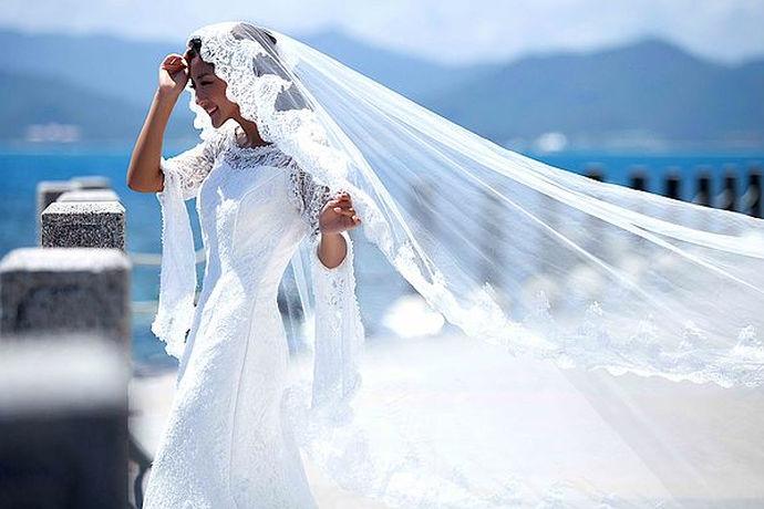 拍摄婚纱照是非常重要的事情,如果拍摄效果非常好,新人们的心情自然是更好的。大家可以看一下三亚旅游婚纱照的一些样片,感受一下这种旅游风格的婚纱照效果如何。选择自己喜欢的拍摄主题,在合适的季节,呈现出最美的样子,自然是极好的。去三亚旅游拍摄婚纱照,一定需要做好充分的准备,选择合适的时间段和主题也非常重要,这样才能够收获最好的婚纱照。