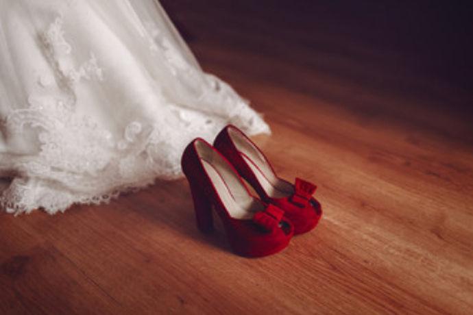 婚礼上新娘穿的婚鞋常常可以衬托出新娘的气质,一双合适的婚鞋的重要性是不言而喻的,那么让我们来看看,婚鞋都有那些种类与品牌呢?在选择上又要注意些什么呢?让我们一起来了解一下婚鞋吧。
