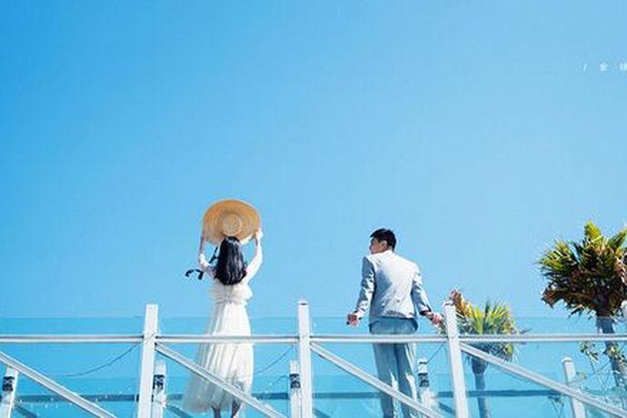 旅游婚纱照拍照攻略是新人在结婚之前必须要准备充分考虑到位的,了解婚纱照的拍摄技巧,或许够更好地完成拍摄婚纱照这样的一个过程。现在越来越多的新人会选择旅行拍婚纱照,实用的攻略可以减轻新人拍摄婚纱照的负担,而且也能够更好的呈现出婚纱照的内容和画面。如果大家能够充分把握旅游婚纱照攻略,自然不必担心中间出现什么岔子。