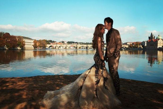 无论是拍摄婚纱照还是婚礼策划,对于新人来说都是非常重要的事情,明星的婚纱照都是非常好看的,像周杰伦昆凌婚纱照就显得高贵大气,而且他们的婚纱照的背景也相当地好看。如此美腻的婚纱照的取景地选择的是德国,如果大家也希望可以拍摄这种风情与众不同的婚纱照的话,也可以去德国,提前了解周杰伦昆凌婚纱照的几个取景地,也是能够让婚纱照拍得更加精彩的。