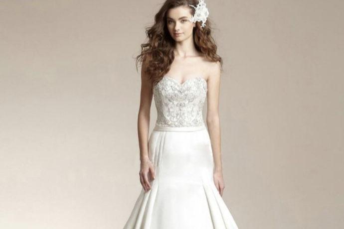 高个子新娘结婚时最伤脑筋的大概就是选婚纱了吧,因为身高原因不容易选到合适的婚纱,高个子新娘婚纱礼服选的合适的话,可以极大程度地展现新娘的身材并且掩盖身材上的一些小不足,无论是婚纱还是需要换装的礼服。