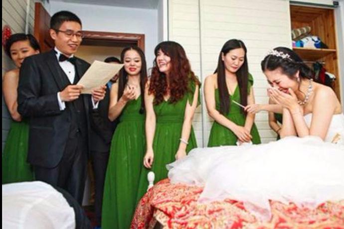 伴娘堵门是一种常见的婚礼风俗。婚礼当天,新郎去接新娘的时候,伴娘会堵在新娘的门口,不给新郎开门,要新郎回答问题或者给红包等才开门。此时,新郎一定要乖乖顺从,如果问题回答的很机智,就能顺利接到新娘子。否则,就只能用红包开路喽。