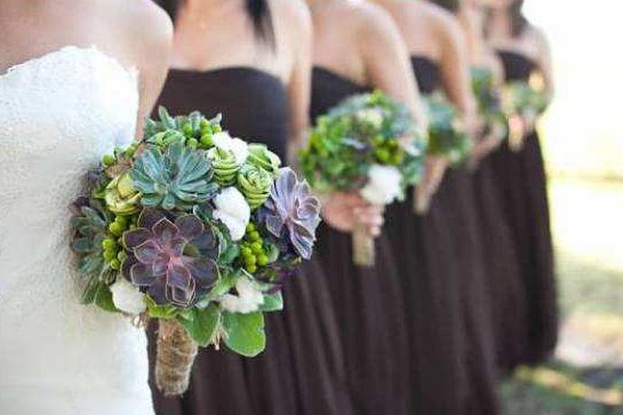 伴娘团人数是指婚礼上要求的伴娘的数量,一般根据地方习俗、婚礼大小、新娘新郎意愿、婚礼流程等方面来决定伴娘团人数。伴娘团人数不同代表的蕴意也不同,伴娘在婚礼上起着举足轻重的重要,因此伴娘团的人数的确定对一场婚礼来说非常重要。