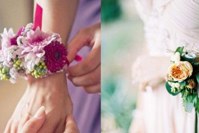 伴娘手腕花是在婚礼现场上伴娘们佩戴的很漂亮的首饰,伴娘手腕花种类是指手腕花各式各样的样式,为了和婚礼主题、伴娘服装等搭配而产生的不同的手腕花款式。手腕花代表着温馨和和美美的好寓意,是婚礼上必不可少的信物。