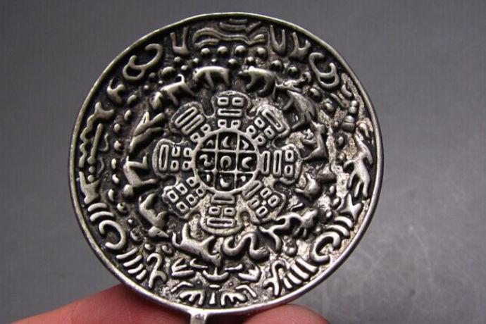 藏银属于一种精品装饰材料,但是它本身并不是高度的银,所以从实际的使用特点来说,它的材质很硬,以铜为主,所以打理起来会非常的方便,而且不容易变色。如果遇到变色的情况也可以用擦拭的方式来进行管理。藏银会变色吗,这一点主要是与纯银的手饰相比,会相对打理得很容易,而并不太容易氧化。作为精品手包的重要类型,其藏银的特点主要材质硬度较好,稳定性强,而且在造型与设计方面会有更好效果。