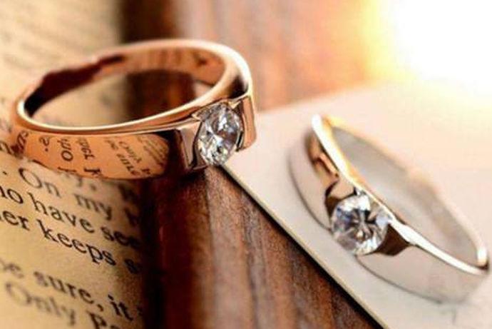 生活总是需要一点小小的惊喜,这些惊喜在漫长的婚姻生活中将会是一种特殊的回忆。在结婚纪念日这一天,丈夫可以购买结婚纪念日对戒,给妻子一个小小的惊喜。那么,结婚纪念日的戒指应该如何来选择呢?