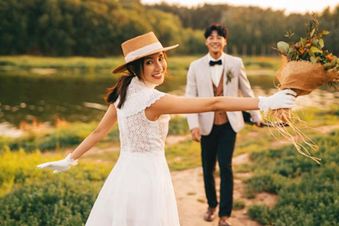 情侣拍摄自己的婚纱照,都希望能够有自己的特色,对于拍摄婚纱照这件事情,大家应该都有自己的想法,没有必要完完全全拘泥于同一种风格,也不一定要穿婚纱或者是西装。情侣婚纱照的服装造型可以有自己的想法,大家可以了解一下情侣婚纱照介绍,把握拍摄婚纱照需要注意的地方,呈现出来的感觉就不会太差。