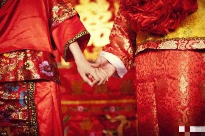举办一场隆重气派的婚礼是每个新人都期待的事情。那么一场完美的中式 婚礼新人们在准备时,要先来了解下中式婚礼注意事项的,比如需要准备几套礼服呢?。这些你都了解吗?不知道的话快拿起小本本来吧。 举办一场隆重的中式婚礼至少要准备四套礼服的哦。