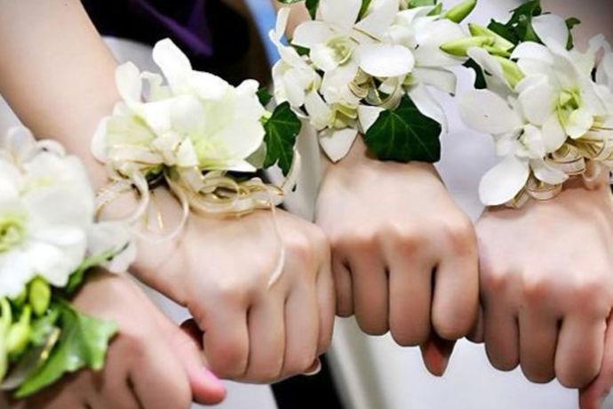 伴娘属相是指选择伴娘时,根据新娘和新郎的属相,还有结婚当天的日子具体情况,找属相和新娘新郎不对冲的,有些甚至要选择和新娘新郎生肖相合的,寓意更好。