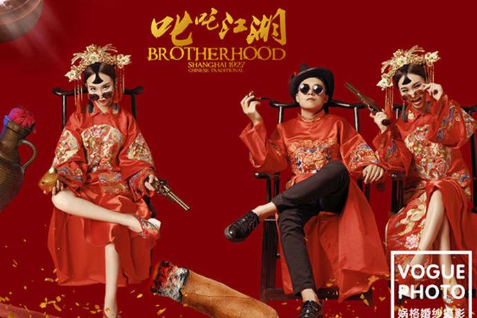 现在中国传统风开始风靡起来了,对于追求传统风的新人来说,如果能够拍摄出中式创意婚纱照,一定也是非常美好的事情。在拍婚纱照的时候,一般来说新人会选择古代的服装或者是经典的场景来进行拍摄,加入一些创意元素就去,就会显得与众不同。