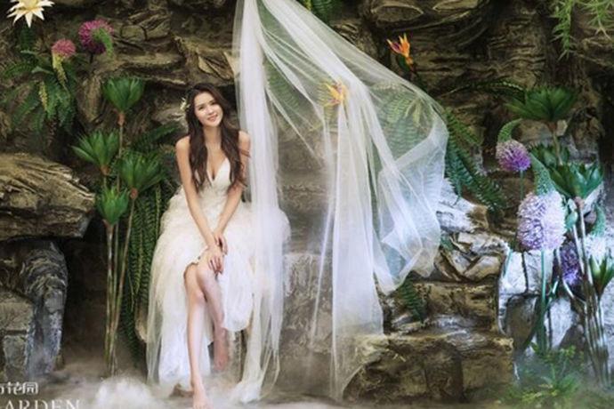"""对于无数即将步入婚姻殿堂的新人们来说,拍摄出好看的婚纱照是非常必要的事情,其实婚纱照也不一定要双人拍。如果大家了解单人婚纱照简介的话,就会发现这种""""单人婚纱照""""的形式是在最近两年开始流行的,其实一个人拍婚纱照也是一种非常不错的选择,这种创新的拍摄方式不仅仅适合新人,也可以让""""光棍""""们的生活也变得越来越精彩。"""