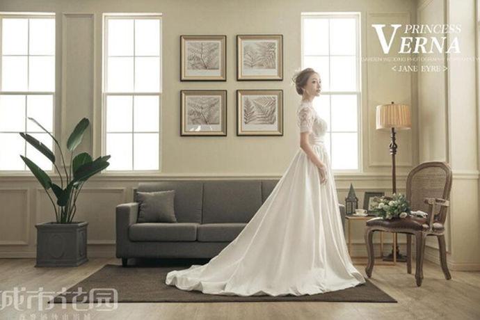 拍摄好看的婚纱照,可以让婚纱照充满美好的回忆。所谓的单人婚纱照,就是新人个人婚纱照,新人会单独出现在画面中,如同拍摄个人写真一般。但是,想要拍摄最好看的造型,大家得好好了解一些技巧,比如说单人婚纱照姿势,而且在拍摄的时候可以用一些有创意的背景或者好的元素来进行搭配,这样就可以赋予婚纱照与众不同的含义,而且也能够更好地呈现出单人婚纱照姿势的魅力。
