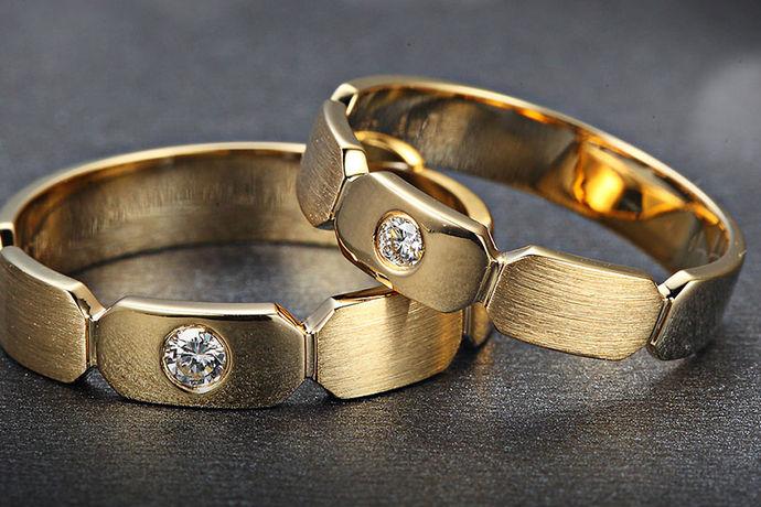 欧码戒指尺寸对照表是指的欧洲国家的珠宝厂家加工戒指的尺码大小标准。欧洲国家的人民的身材都是相对的较为高大的,因此手指也都是非常的壮实的,所以他们佩戴的戒指尺寸与中国人的戒指尺寸是存在一定的差异的。欧洲戒指尺寸参照表是很容易看懂的,前提是大家要与国内戒指尺寸相对比。