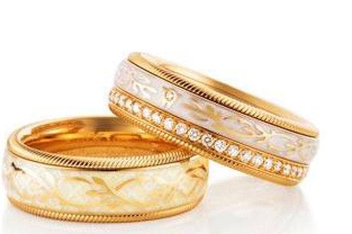 缠线法:选择一根和戒指颜色相近的细线,在戒指靠近手心内侧的部分缠绕几圈,以此减少手指和戒指之间的空隙。透明胶带法:剪下和戒指差不多尺寸的透明胶带,贴在戒指内圈里,直到贴到适合的厚度为止。专业维修法:将戒指拿到珠宝店或者维修店让专业人员修改尺寸。以旧换新法:采用以旧换新的方式,换一枚全新的戒指。