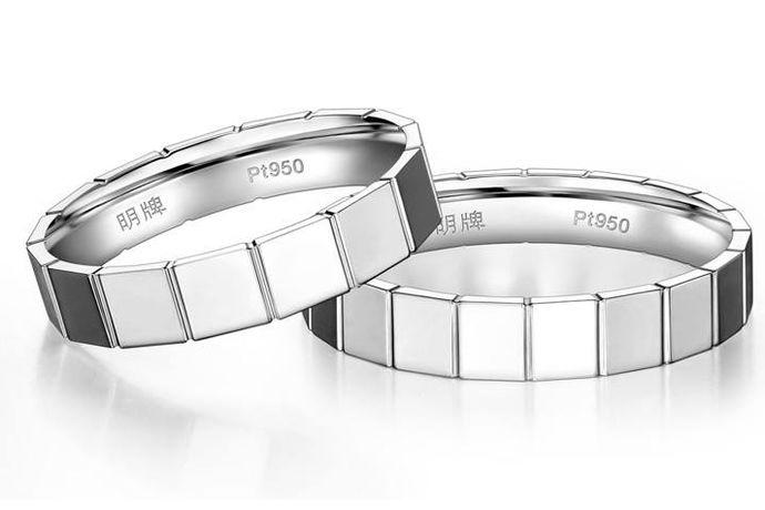 铂金戒指选购方法是指的新人结婚挑选铂金戒指的挑选方法。铂金戒指因为具有永不褪色的特点而深受广大的女性欢迎,并且纯天然的白色可以提亮人的肤色,彰显出来轻奢的贵气。铂金戒指一般都是指的素面的铂金戒指,而有些铂金戒指上面也镶嵌有小的钻石装饰。