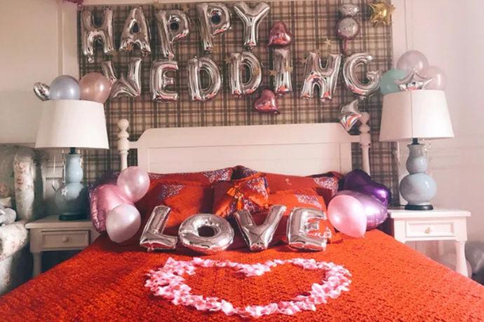 婚房装饰顾名思义就是对婚房进行的设计和布置。婚房里摆设的各种小物品,最能渲染出结婚的气氛来。那么是不是说有个喜字外加红色元素,就能体现出幸福感的味道,其实还不足够,因为简单从墙面再到床面,每一样东西都经过了严格的设计,毕竟三个月之内,所有的布置不允许拆除和改动的。