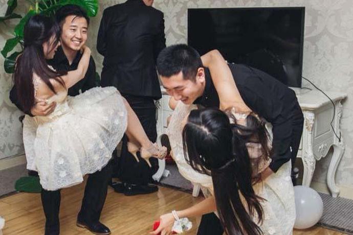 堵门是中式婚礼中一个特别受关注的环节,这个环节一般很热闹,很好玩。具体做法是,新郎去迎接新娘的时候,伴娘堵门,不让新郎进门。新郎必须要完成指定的游戏任务才可以通过,从而进门接新娘。在这个环节中,堵门游戏是核心。全国各地有很多好玩的堵门游戏,可以说整新郎游戏的点子是花样百出。