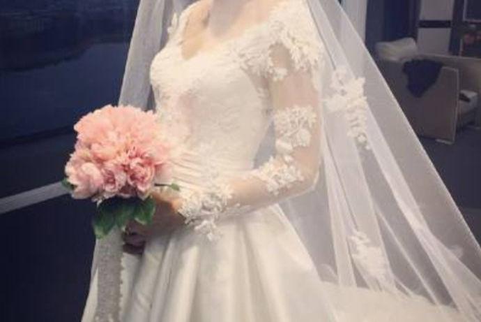 所谓租婚纱礼服技巧,是指一对新人在准备婚礼时,由于新娘结婚时一般穿婚纱,而婚纱在日常生活中是不能穿着的,所以会选择到专门经营婚纱租赁的商家那去租赁婚纱,那么,此时一定要有租婚纱礼服技巧,即掌握婚纱材质、技术、工艺等相关知识,能租到适合自己,自己想要,品质合格,价格合适的婚纱等的一切技巧。
