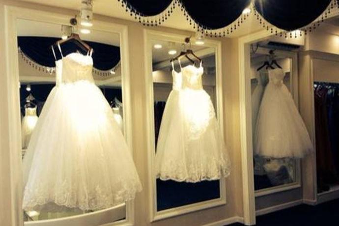 所谓实体店婚纱选购注意事项,是指在专业经营售卖婚纱的商铺里,新人在准备婚礼前,去商铺选购婚纱必须注意的问题,否则会给婚纱的品质、穿着是否合适等带来诸多问题,这样浪费了金钱,也糟蹋了选购婚纱的诸多时间、精力,又得再去选购婚纱。婚纱是不同于普通的衣服的,婚纱在制作的技术、工艺、流程、材质等上面与普通服装不同,而且婚纱上面的各种装饰多,它是一种特殊服装,只能在特殊场合穿着,平时的生活里是无法穿着的。