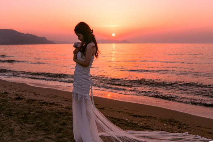 海边主题的婚纱照,总是让人体味到浪漫而唯美的气息,给人的画面感也是极好的,那么海边婚纱照哪里好?去什么地方拍摄海边主题的婚纱照呢?或许这也是很多新人在考虑拍摄婚纱照的时候比较纠结的一个问题。事实上现在适合拍摄海景主题婚纱照的地方还是很多的,不管是国内还是国外,都有很多地方拥有美好的风景,因此,大家可以搜索一下适合海边主题婚纱照的地方,做出合理的选择。