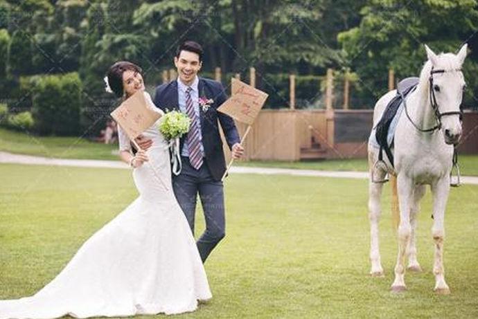 :婚纱照的拍摄对于新人来说是一件很重要的大件事,室内婚纱照或许在某些人眼里会觉得不那么自然,其实室内婚纱照拍摄技巧把握到位了,拍起来的感觉也是相当出彩的,而且室内婚纱照拍摄不用像外景那样受天气的影响,更重要的是想要什么样子的背景都可以,只要后期美工修图即可。