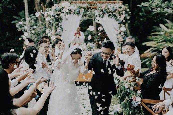 简短大气的婚礼致辞其实难度不大,关键要抓住,对于宾客表达感谢,对于新人表达祝福,并且说出自己的愿望,婚礼致辞是比较公开的场合。如何说话,用语规范其实都可以看得出一个家庭的文化底蕴。所以父亲的致辞中要提前做好草拟,稍加润色,再加上一些即兴发挥即可。