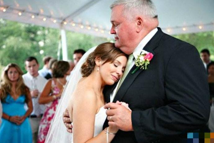 双方的父母在婚礼上致辞是婚礼中的经典流程,新娘的父亲致辞不需要太长,但是要注意得体跟大气,致辞的时候,注意情绪的控制,很多父亲舍不得女儿会情绪失控,所以事前做好发言稿也是十分重要的环节。致辞也需要注意现场宾客的氛围,注意气氛的调节,热热闹闹就很好了。