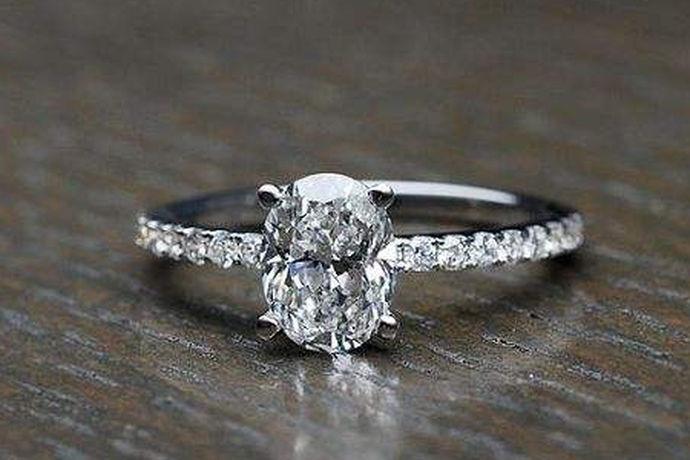 钻戒保养方法是指的钻石戒指在佩戴过程中的保养方法。钻石可以说是一个非常博人眼球的饰品,它闪闪发亮的如星星一般,彩色的钻石更是带来五彩斑斓的世界。钻石戒指佩戴时间长久也是会光泽暗淡的,那么这个时候该如何的让钻石戒指恢复如初的样子呢?