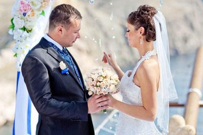 婚宴领导致辞指的是,在婚礼现场要上台发表致辞的是领导阶层的人物,这些领导通常是新娘单位的,或者是新郎单位的,而致辞的内容通常都和新郎或者新娘在工作中的表现有关,从他们在工作中的优秀表现到他们的相识,相知,相恋,再到步入婚姻的殿堂,从而,从领导的角度给予相关的一些建议,或者是叮嘱,同时领导致辞当中,也一定会送上自己最诚挚的祝福。