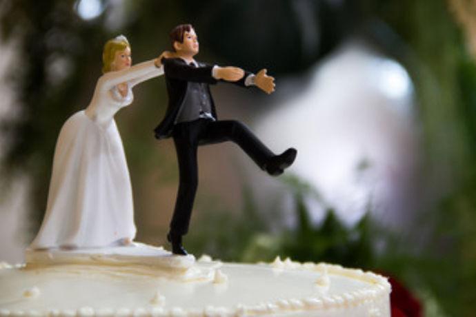 个性婚礼蛋糕是指新人为了自己的婚礼更加独特别致而定制的婚礼蛋糕,新人们常常有很多奇奇怪怪的想法,并且也想把这些想法融入到自己的婚礼中,婚礼蛋糕自然也成为他们输出这些想法的一种表现方式,他们需要的就是找到制作工艺高超的师傅来定制一个婚礼蛋糕,让宾客们能够体验出婚礼的用心设计。